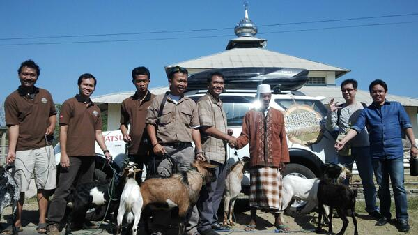 Kegiatan sosial dalam road trip, Daihatsu sumbang kambing kurban ke warga. (Dok. Maulana Harris)
